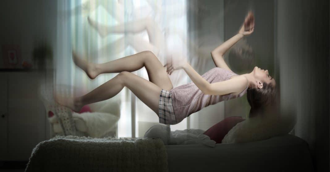 """Por que às vezes damos um """"pulo"""" violento antes de cair no sono?"""